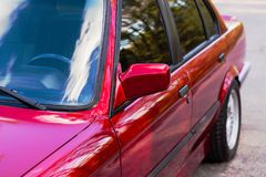 Retrovisore su una vecchia automobile rossa fotografie stock libere da diritti