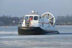 Retten Sie Amphibie des Ministeriums der Notsituationen von Russland-` Khivus-20 ` gegen das Eis des gefrorenen Neva Lizenzfreies Stockfoto