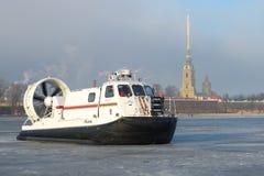 Retten Sie Amphibie des Ministeriums der Notsituationen von Russland-` Khivus-20 ` vor dem hintergrund des Peter und Paul Fortres Lizenzfreie Stockfotografie