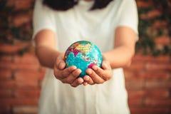 Retten Sie die Erde und Sorgfalt-Umwelt-Konzept, Nahaufnahme-Portr?t der Frau h?lt Modell global in ihren H?nden auf Baum-Urlaub lizenzfreie stockbilder