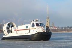 Retten Sie Luftkissenfahrzeug EMERCOM von Russland-` Hivus-20 ` auf dem Hintergrund der Peter- und Paul Cathedral-Nahaufnahme Stockfoto