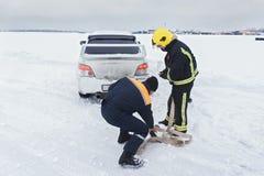 Retter bereiten Schleppenauto vor lizenzfreie stockbilder