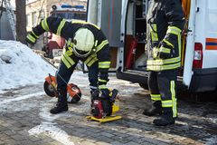 Retter bereiten spezielle Ausrüstung für Gebrauch vor stockbild