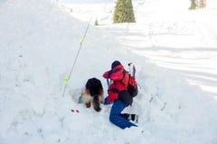 Retter und sein Service-Hund Lizenzfreies Stockfoto