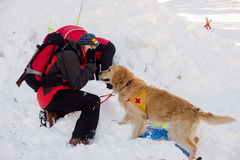 Retter und sein Service-Hund Stockfotografie