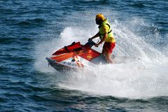 Retterreiten-waverunner in Alicante-Küste in Spanien lizenzfreie stockfotos
