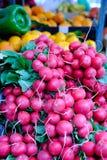 Rettiche im Markt in Loule, Algarve stockfoto