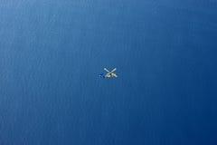 Rettungs-Hubschrauber in der Vogelperspektive des weiten Ozeans Stockfotografie