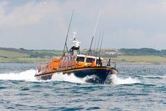 Rettungsboot in der Aktion in Meer Lizenzfreie Stockfotos