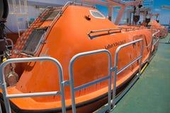 Rettungsboot im Notfall, zum im Feuerfall zu entgehen stockbild