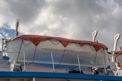 Rettungsboot installiert auf Fahrgastschiffplattform stockfotografie
