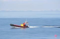 Rettungsboot mit voller Geschwindigkeit Stockfoto