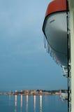 Rettungsboot und Lichter Stockfotografie