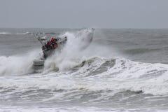 Rettungsboot in Waves-009 Lizenzfreie Stockbilder