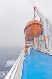 Rettungsboote auf dem Nissos Chios Stockbilder
