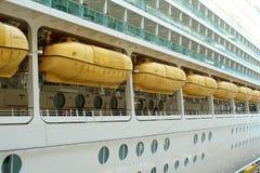Rettungsboote auf einem Kreuzschiff Stockbild