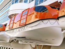 Rettungsboote auf einem Kreuzschiff Lizenzfreie Stockfotos