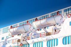 Rettungsboote auf einem luxuriösen Kreuzschiff Lizenzfreies Stockbild