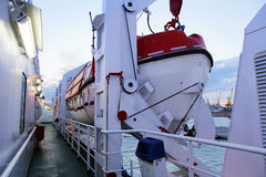 Rettungsboote auf einer Autofähre Stockfotos