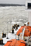 Rettungsboote auf Fähre in gefrorener Ostsee Lizenzfreies Stockfoto