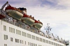 Rettungsboote auf großem Schiff Stockbilder