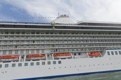 Rettungsboote auf Kreuzschiff in Venedig-Hafen Lizenzfreies Stockbild