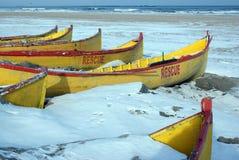 Rettungsboote, die in der Winterzeit stillstehen Stockbilder