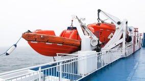 Rettungsboote durch Plattform Stockfotos