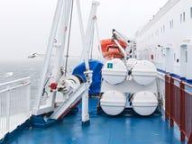 Rettungsboote durch Plattform Lizenzfreie Stockfotos
