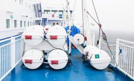 Rettungsboote durch Plattform Lizenzfreie Stockbilder