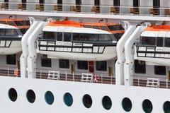 Rettungsboote installiert auf Fluggastzwischenlagevorstand Stockfotografie