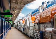 Rettungsboote neben Plattform auf Kreuzschiff Stockbilder