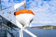 Rettungsboote, Plattformen und Kabinen auf der Seite des Kreuzschiffs Flügel der laufenden Brücke des Kreuzfahrtschiffs Weißes Kr Stockbild