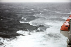 Rettungsboote und raue Meere Stockbild