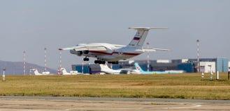 RettungsDüsenflugzeug Ilyushin IL-76 NATO-Berichtsname: Offen vom Ministerium von Notsituationen von Russland entfernt sich lizenzfreies stockbild