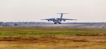 RettungsDüsenflugzeug Ilyushin IL-76 NATO-Berichtsname: Offen vom Ministerium von Notsituationen von Russland landet lizenzfreie stockfotografie