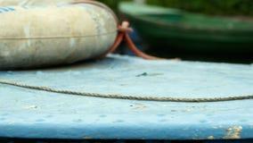 Rettungsgürtel auf dem alten Boot stock video