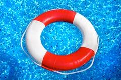 Rettungsgürtelschwimmen im Poolwasser Stockbild