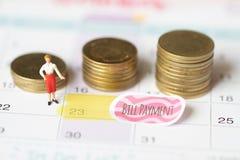 Rettungsgeld für Rechnungszahlungskonzept Feiertagsgeld-Einsparungenskonzept Münzen- und Rechnungszahlung Sammeln des Geldes im M stockfotos