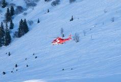 Rettungshubschrauber in den Schweizer Alpen Lizenzfreie Stockfotografie