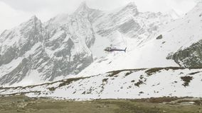 Rettungshubschrauber kommt an, um Bergsteiger zu evakuieren stock video footage