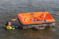 Rettungskraft, die Rettungsfloß im Hafen Urk, die Niederlande zeigt Lizenzfreies Stockbild