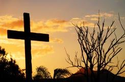Rettungskreuz von Christus auf Hügel am Sonnenuntergang Stockfoto