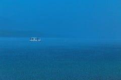 Rettungspaddel-Internatsschüler in einem Gewitter Lizenzfreie Stockfotos