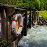 Rettungsring auf Brücke über Fluss Stockbild
