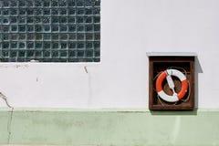 Rettungsring auf der weißen Wand Lizenzfreie Stockbilder