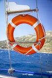 Rettungsring, der am Boot in Meer hängt Stockfoto