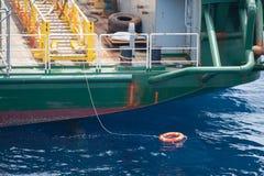 Rettungsring in einem stürmischen blauen Meer, Rettungsring im blauen Meer, Schutzausrüstung herein in Küstennähe oder Marinesold Stockfoto