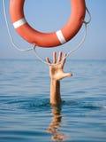 Rettungsring für das Ertrinken des Mannes im See- oder Ozeanwasser lizenzfreie stockfotografie