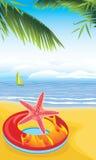 Rettungsring mit Starfish auf dem sandigen Strand Lizenzfreies Stockfoto